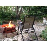 BBQの火を見守るレオ