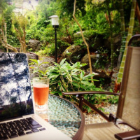 天気のいい日は庭でお仕事。